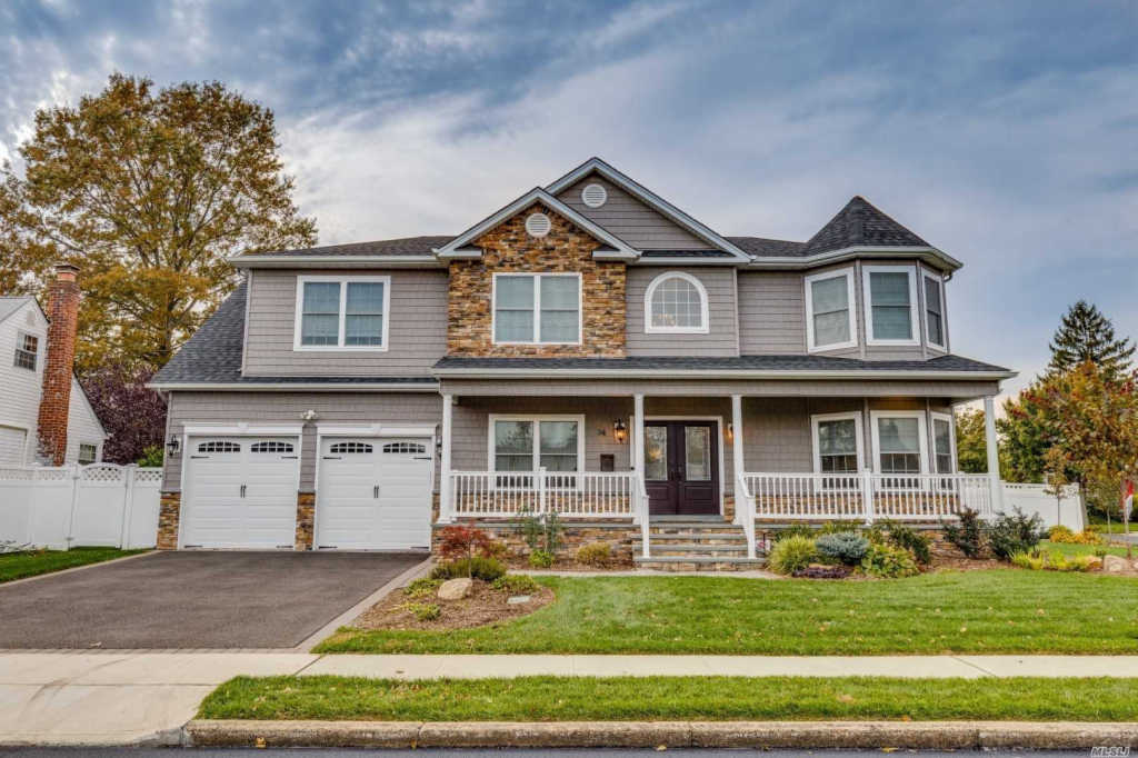 Photo of home for sale at 14 Clarissa Dr, Syosset NY
