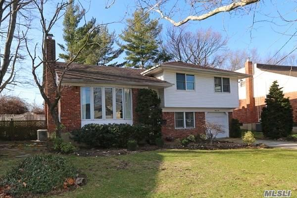 Photo of home for sale at 22 Holiday Ct, North Woodmere NY