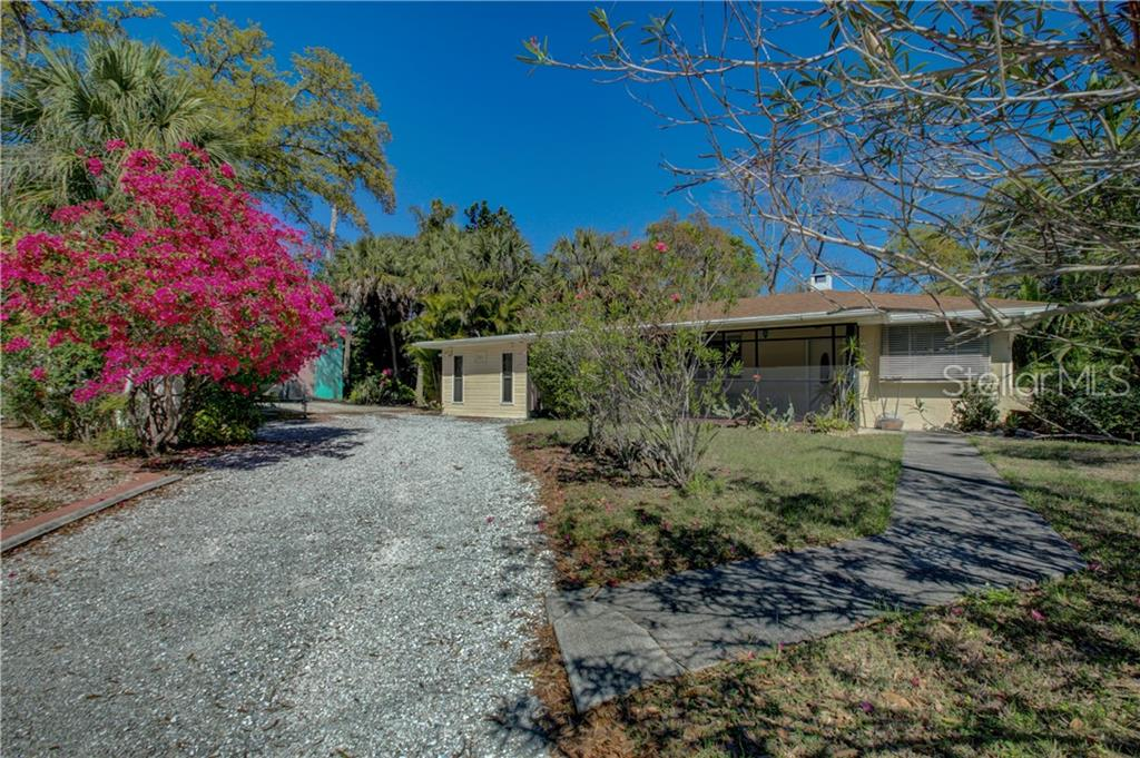 Photo of home for sale at 1001 CALOOSA DRIVE, Sarasota FL