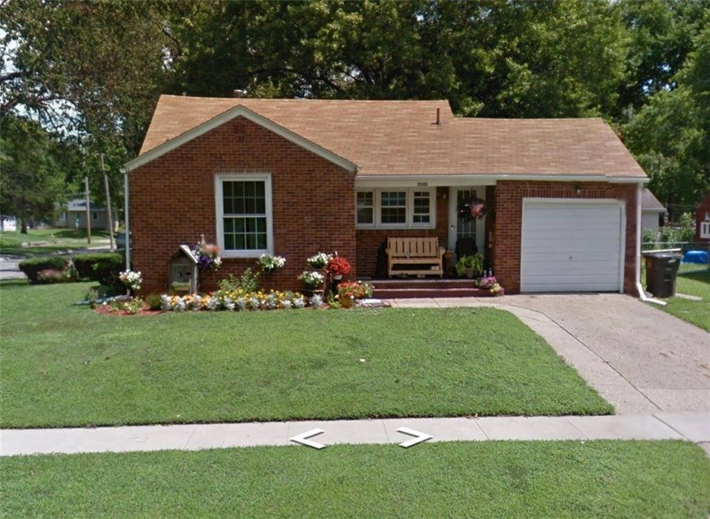 Photo of home for sale at 3945 Oxford Street, Des Moines IA