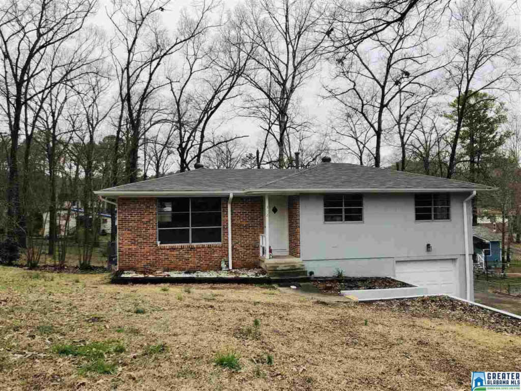 Photo of home for sale at 312 11Th St SW, Alabaster AL