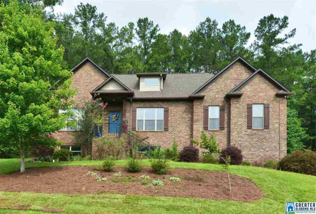 Photo of home for sale at 1089 Stoneykirk Rd, Pelham AL