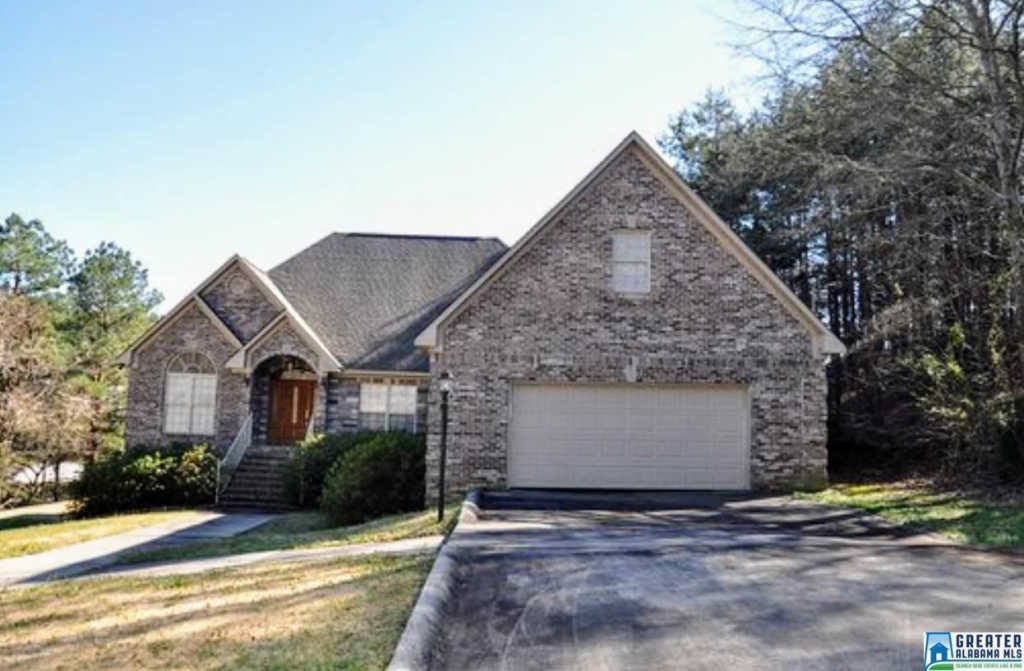 Photo of home for sale at 836 Lakeshore Ln, Oneonta AL