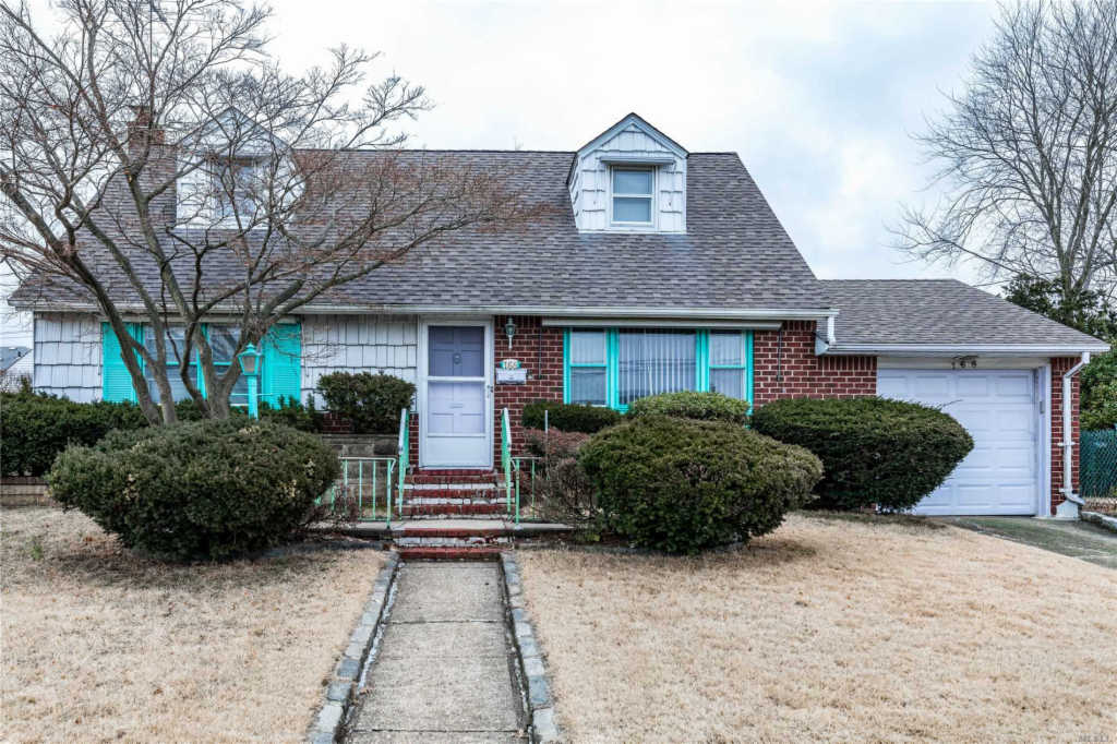 Photo of home for sale at 168 Farnum Blvd, Franklin Square NY