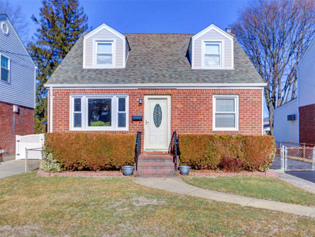 Photo of home for sale at 498 Helen Rd, Mineola NY