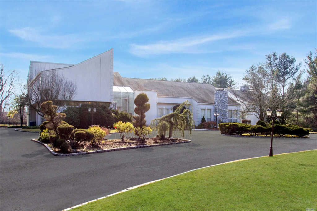 Photo of home for sale at 25 Overbrooke Ln, Upper Brookville NY