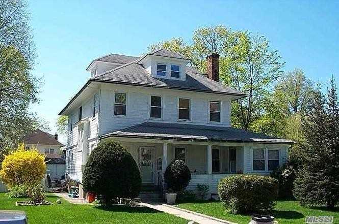 Photo of home for sale at 2 Franklin Pl, Great Neck NY