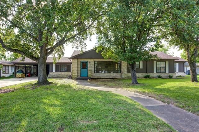 Photo of home for sale at 304 Johnson AVE S, Giddings TX