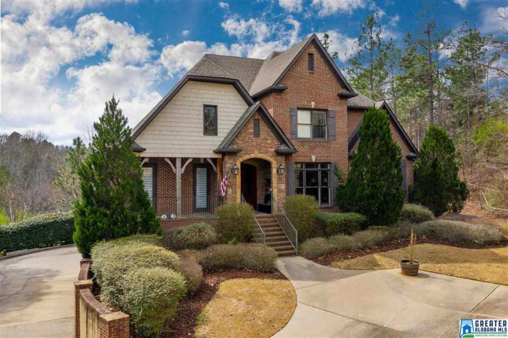 Photo of home for sale at 1047 Grand Oaks Dr, Hoover AL