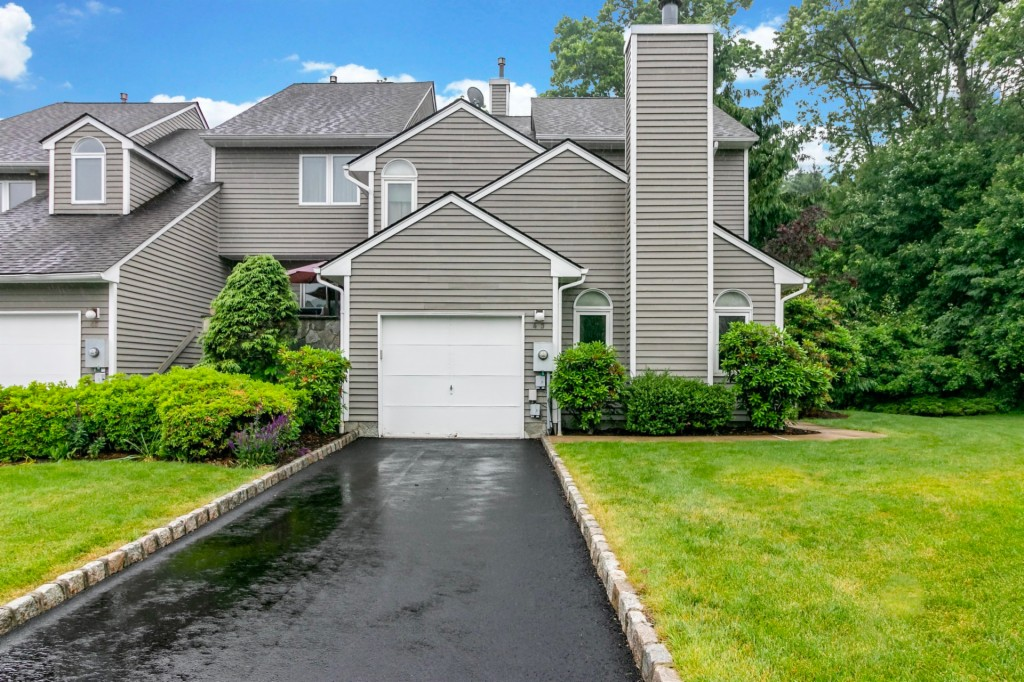 http://images.kw.com/listings/1/0/3/9/10398592/1560305694953_01_front_drive.jpg?lm=20190711T000000