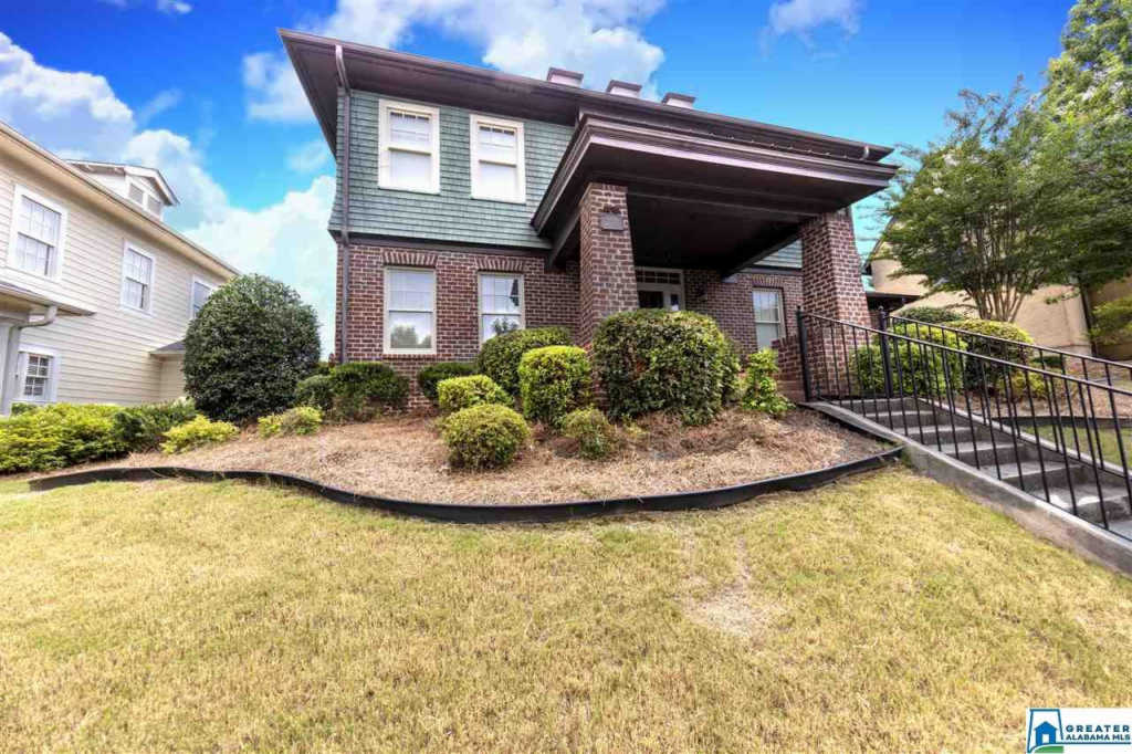 Photo of home for sale at 2074 Greenside Way, Hoover AL