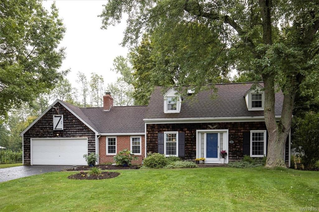 Photo of home for sale at 6495 Poplar Hill Lane, Clarence NY