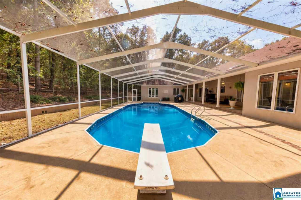 Photo of home for sale at 112 Kings Crest Ln, Pelham AL