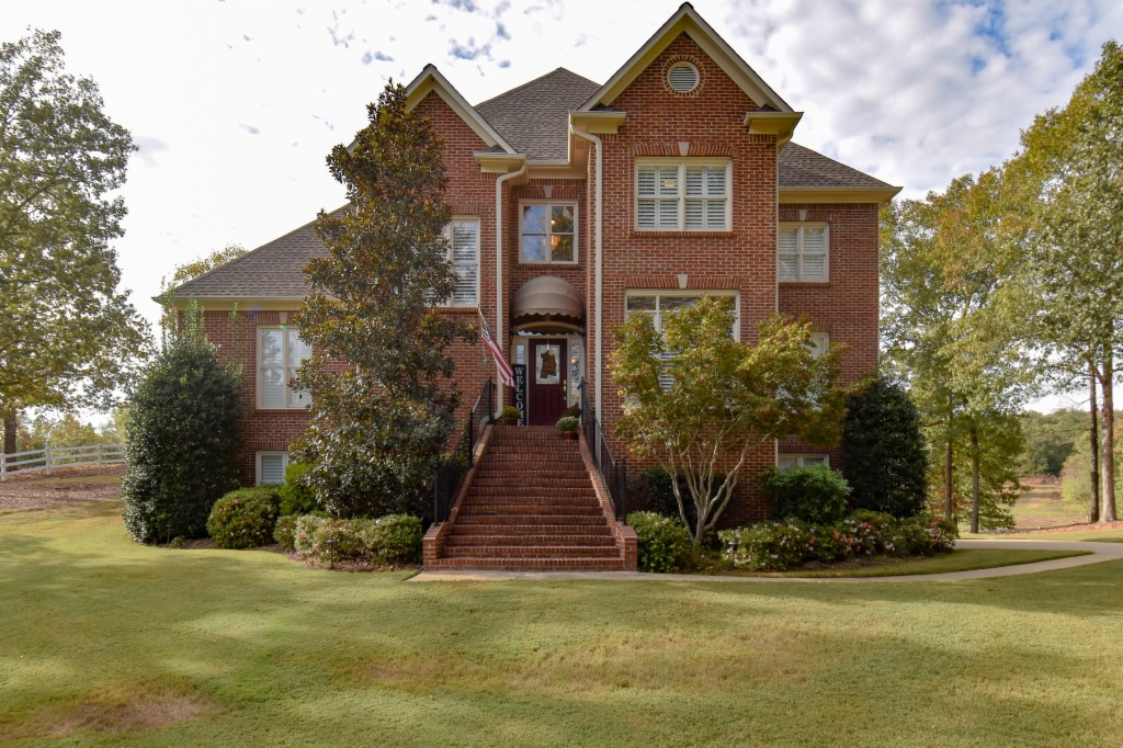 Photo of home for sale at 111 Equestrian Dr, Alabaster AL