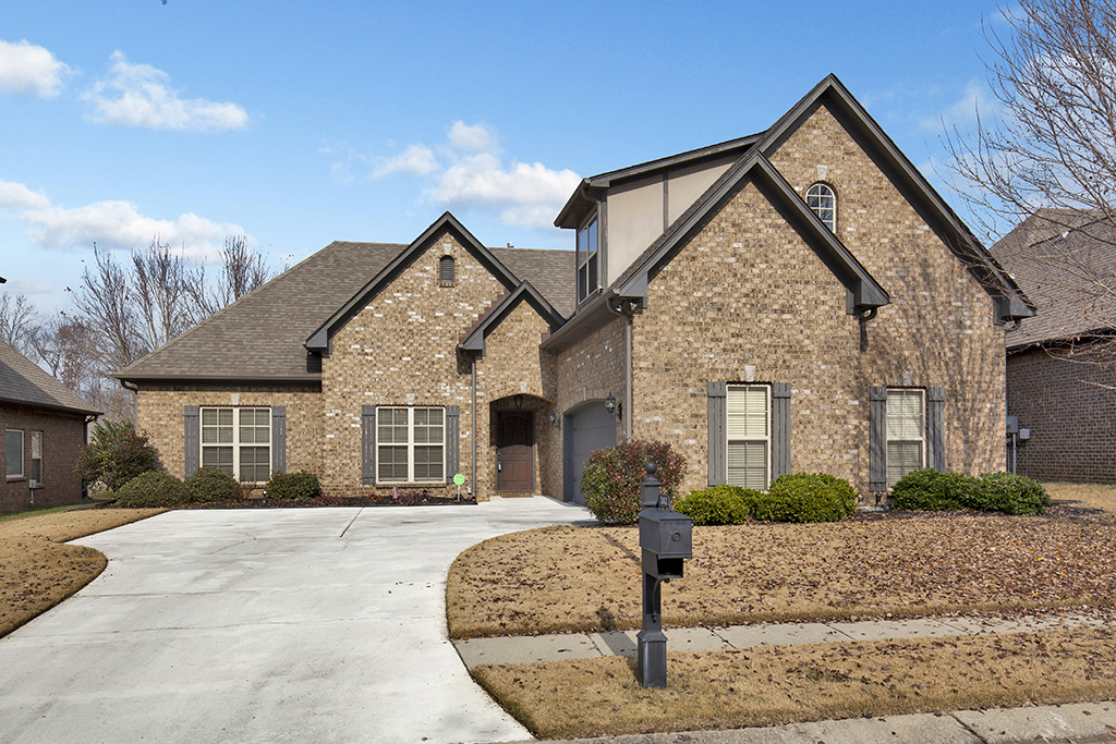 Photo of home for sale at 242 STRATHAVEN LN, Pelham AL