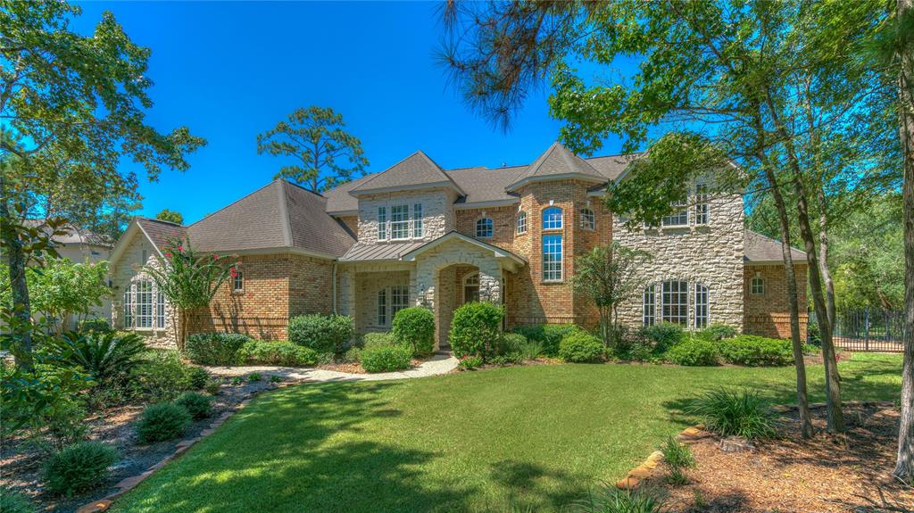 Photo of home for sale at 26 Bracebridge Circle W, Spring TX