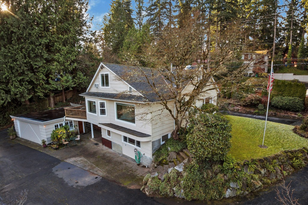 Photo of home for sale at 17628 25th Ave Ne, Lake Forest Park WA