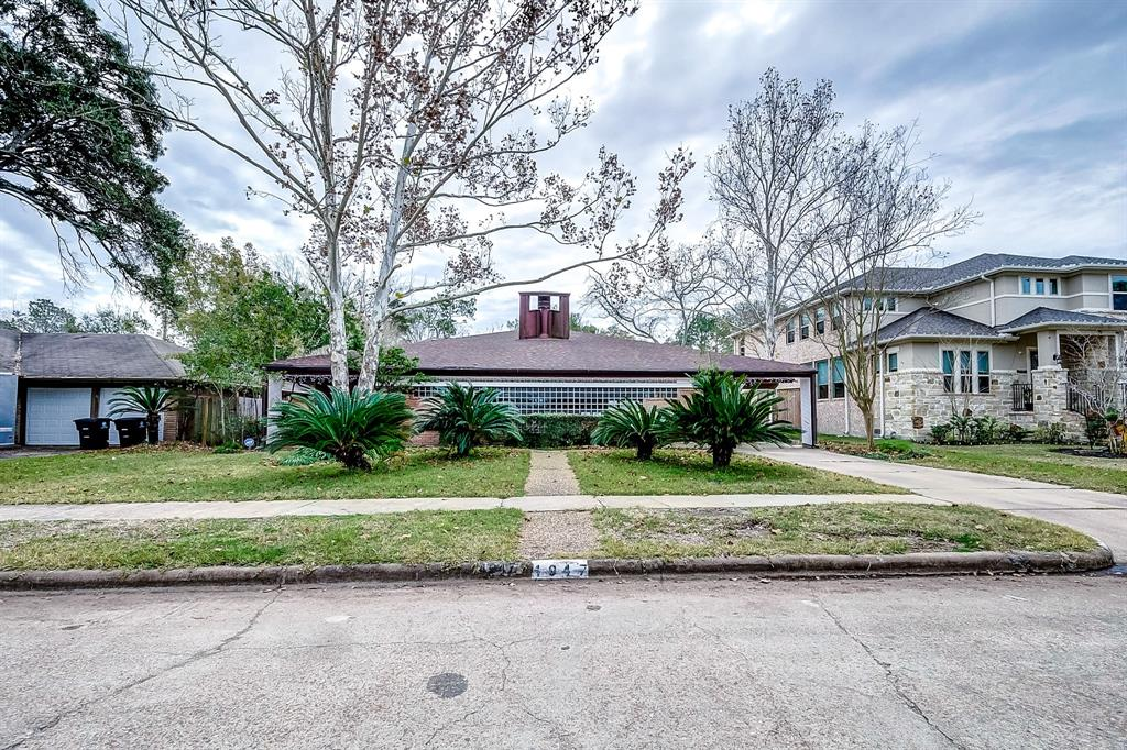 Photo of home for sale at 4947 Yarwell Drive, Houston TX