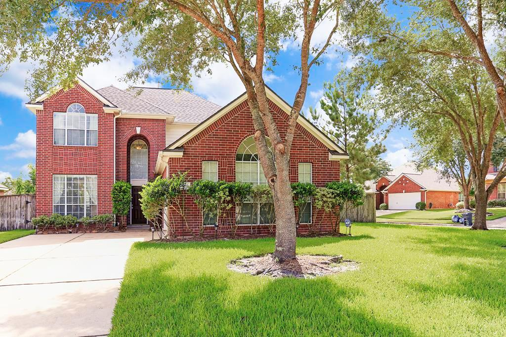 Photo of home for sale at 1302 Leigh Gardens, Sugar Land TX