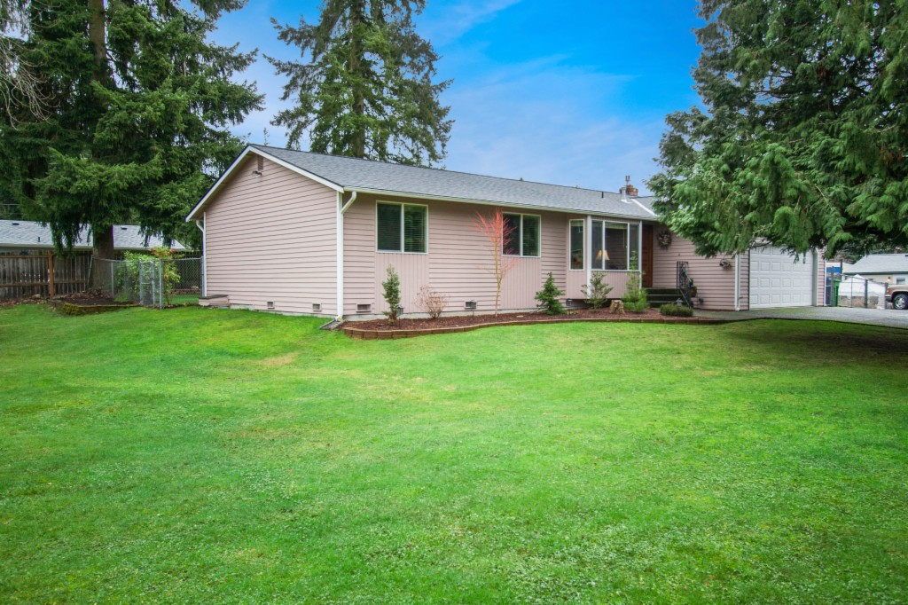 Photo of home for sale at 2111 204th St Sw, Lynnwood WA