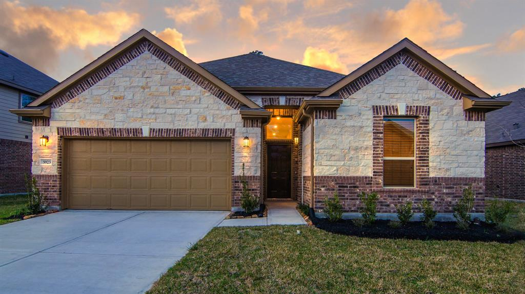 Photo of home for sale at 5923 Rivergrove Bend Drive, Humble TX