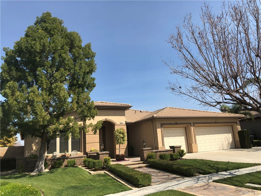 Photo of home for sale at 1833 Plainfield Way, Corona CA