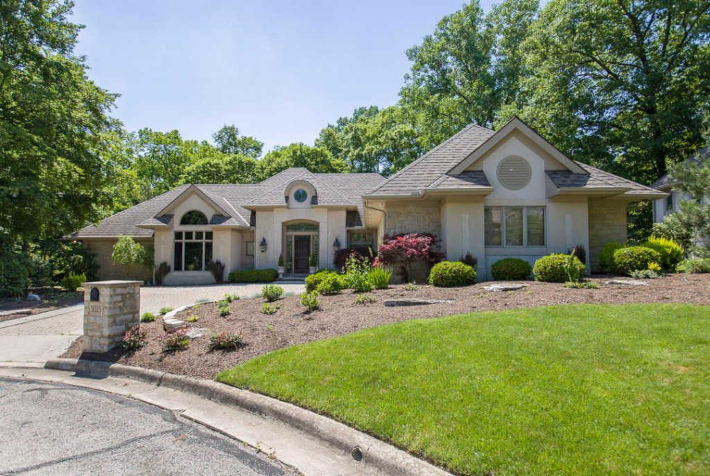 Photo of home for sale at 5025 Slate Run Woods Court, Upper Arlington OH