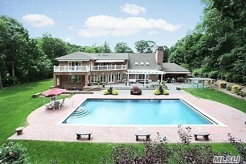 Photo of home for sale at 6 Cardinal Rd, Manhasset NY