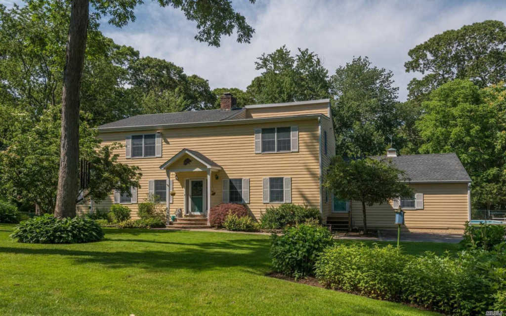 Photo of home for sale at 18 B Horse Hill Rd, Brookville NY