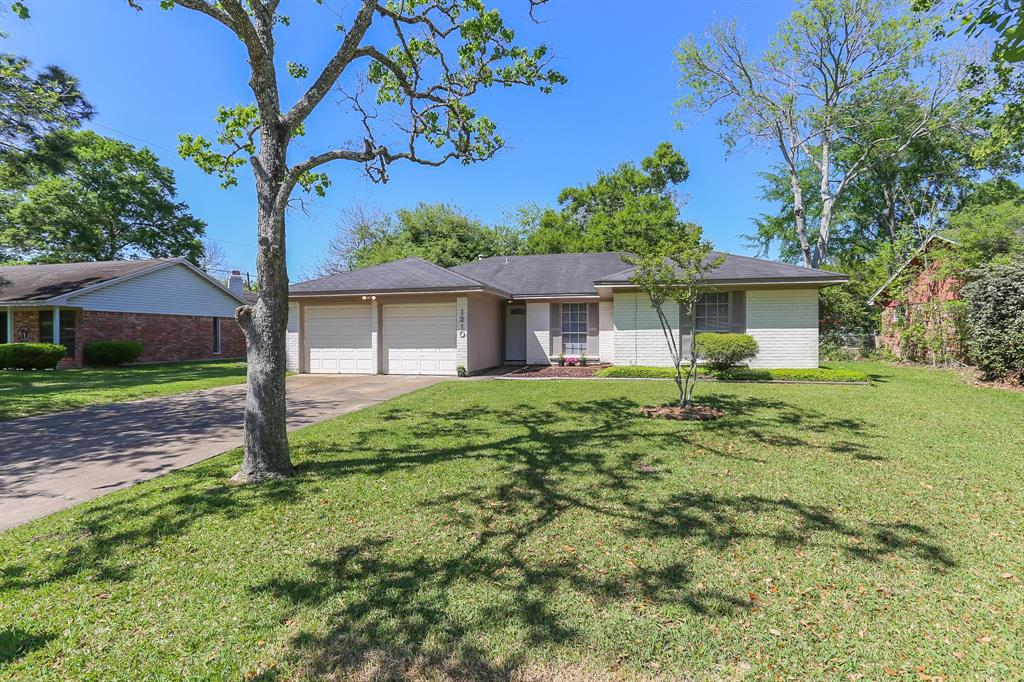 Photo of home for sale at 1210 Martin Drive, Alvin TX