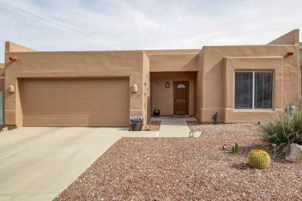 Photo of home for sale at 1124 Little Buck Loop S, Tucson AZ