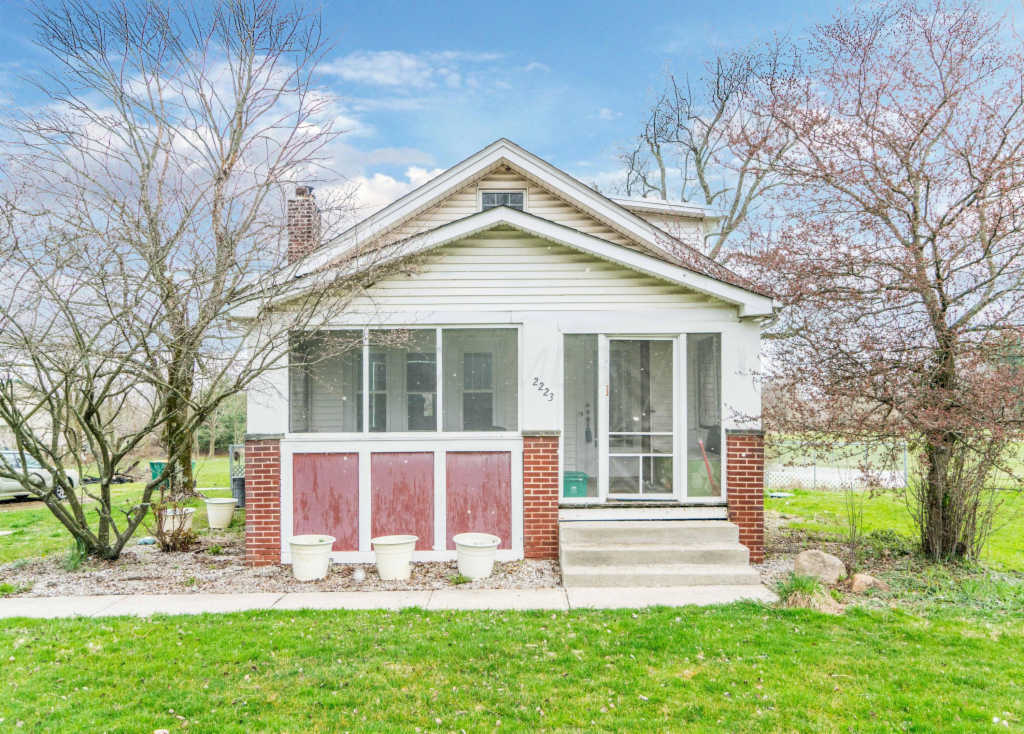 Photo of home for sale at 2223 Reynoldsburg New Albany Road, Blacklick OH