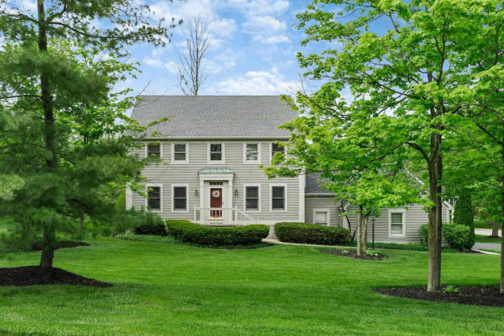 Photo of home for sale at 5600 Preswick Drive, Dublin OH