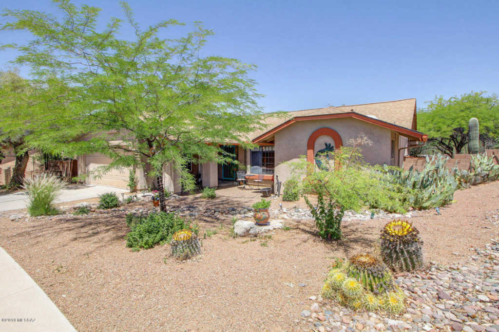 Photo of home for sale at 1416 Canyon Shadows Lane W, Tucson AZ