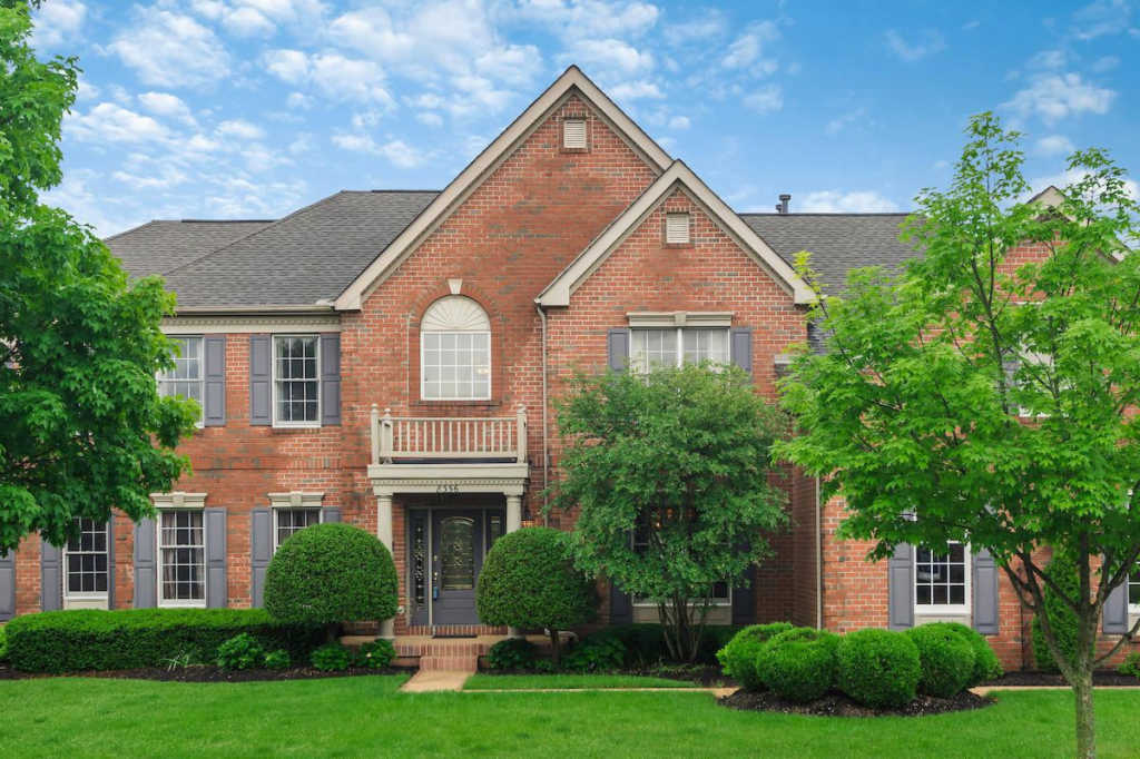 Photo of home for sale at 8356 Somerset Way, Dublin OH