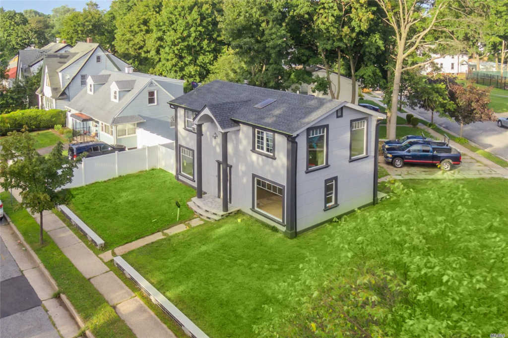 Photo of home for sale at 18 Harriet Ave, Hempstead NY