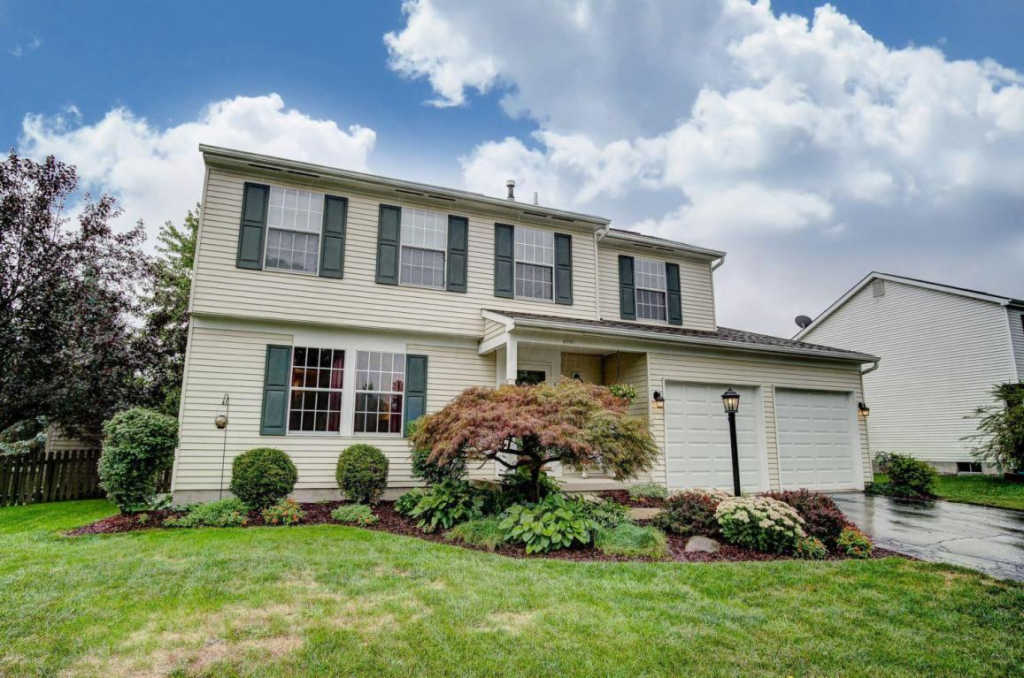 Photo of home for sale at 4901 Arbormont Road, Hilliard OH