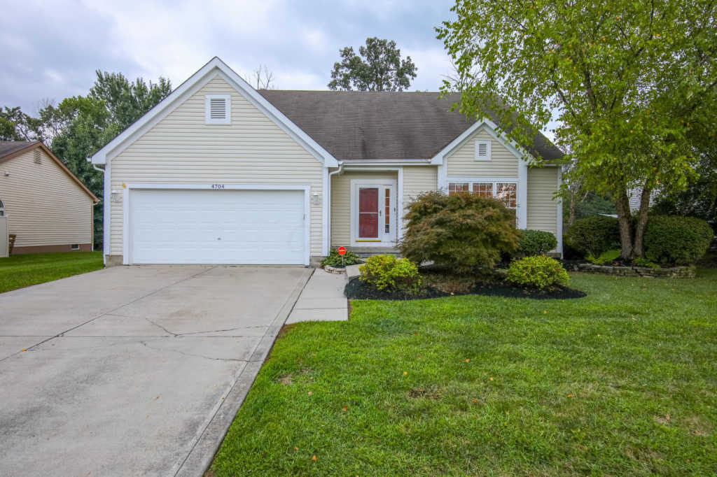 Photo of home for sale at 4704 Teabury Square S, Grove City OH