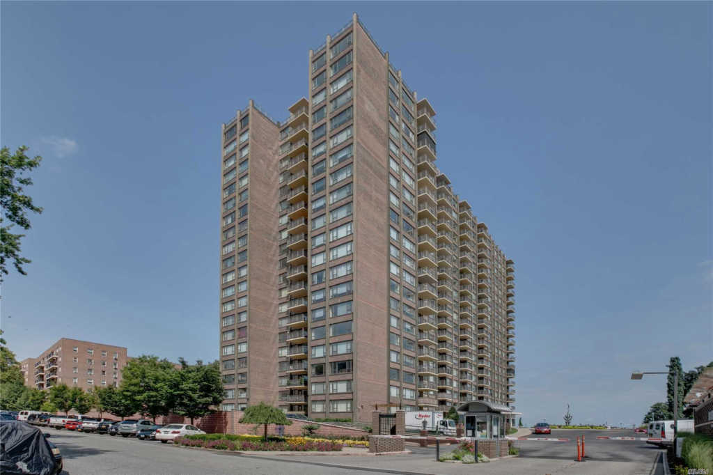 Photo of home for sale at 166-25 Powells Cove Blvd, Beechhurst NY