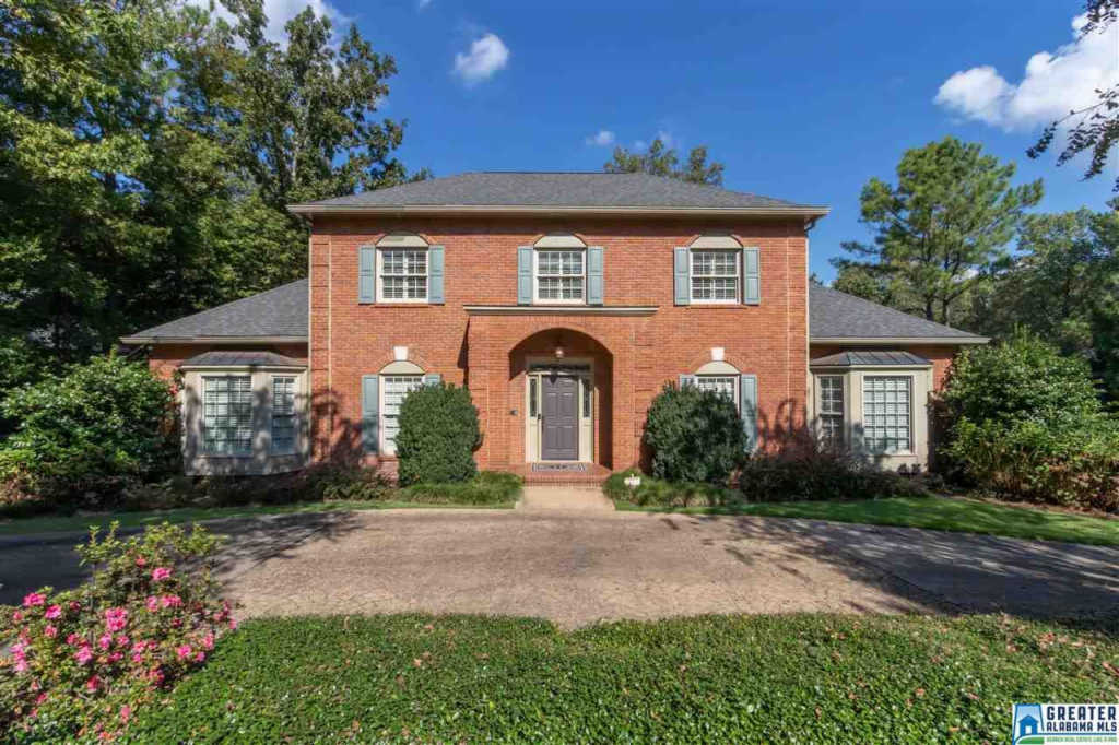 Photo of home for sale at 1640 Panorama Dr, Vestavia Hills AL