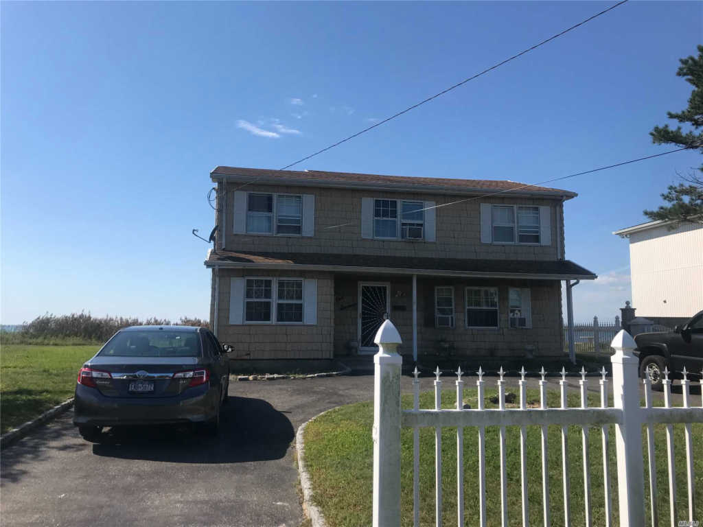 Photo of home for sale at 116 Grandview Dr, Shirley NY