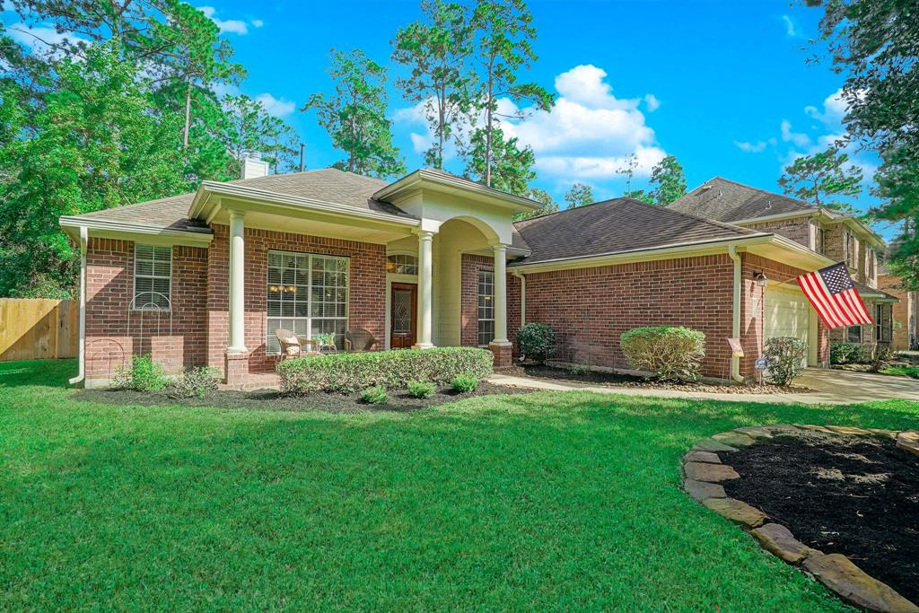 Photo of home for sale at 75 Evangeline Oaks Circle E, The Woodlands TX
