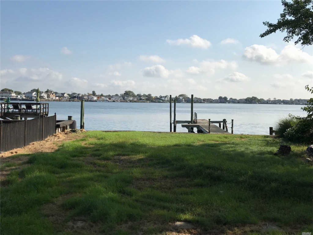 Photo of home for sale at 3325 Bay Front Dr, Baldwin NY