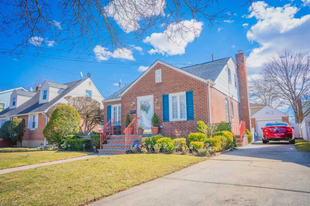 Photo of home for sale at 1722 Belmont Ave, New Hyde Park NY